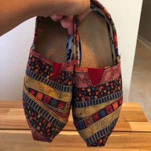 Printed red TOMS